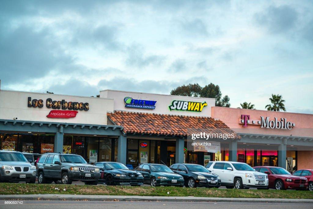 Verschiedene Geschäfte und Parkplätze vor der Las Americas Einkaufszentrum : Stock-Foto