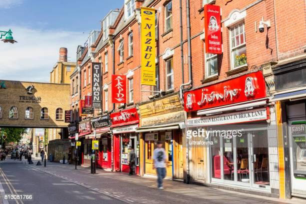 winkels en restaurants op brick lane in londen - londen stadgebied stockfoto's en -beelden