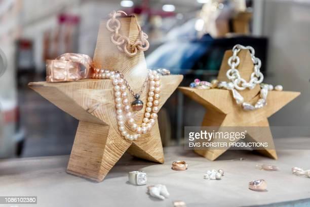shopwindow of a goldsmith showroom and retail shop - schmuck stock-fotos und bilder
