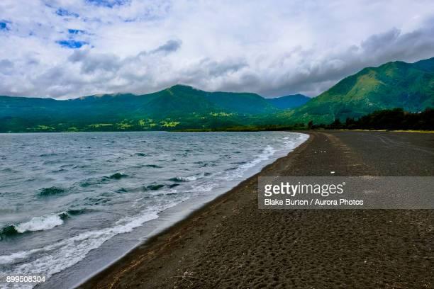 shore of lake villarrica, pucon, araucania region, chile - pucon fotografías e imágenes de stock