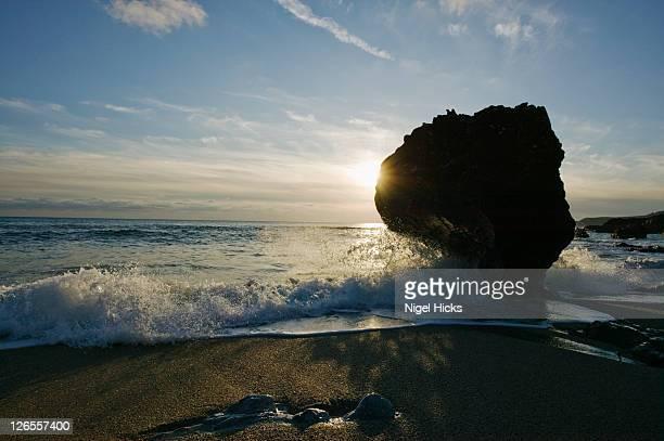 shoreline rock at mattiscombe beach, start point, devon, great britain. - bras de mer caractéristiques côtières photos et images de collection