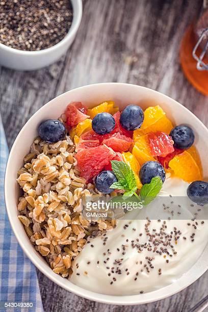 Kurze genarbte Reis mit Joghurt und frischem Obst