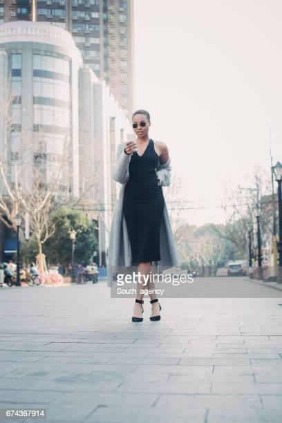 Señora de pelo corto en la calle