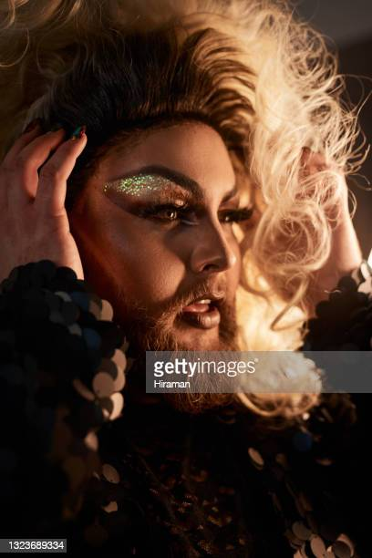 foto de un joven con maquillaje teatral en un estudio - drag queen fotografías e imágenes de stock