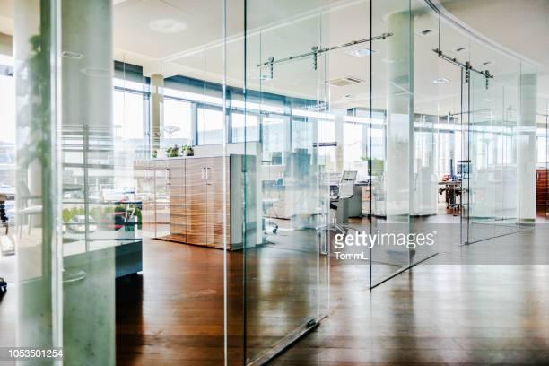 aufnahme von einem leeren büro-umfeld - hell beleuchtet stock-fotos und bilder