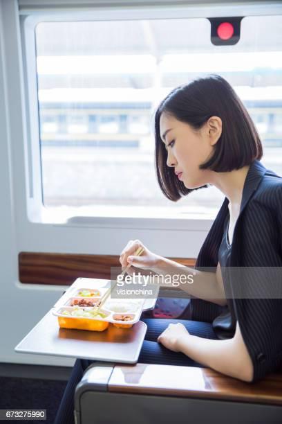 高速鉄道、上海、中国の中に座って美しいビジネス女性のショット。