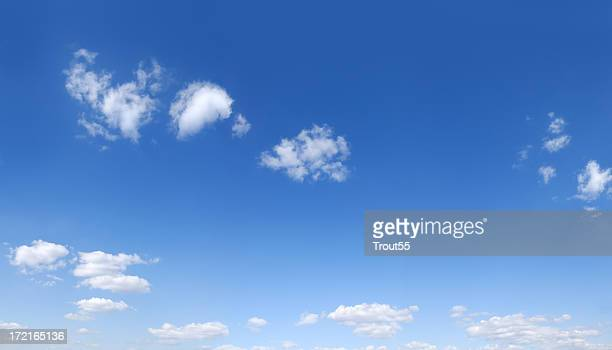 Blauer Himmel und weiße Wolken (Panorama) nach unten scrollen, um mehr