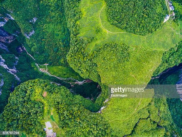 ws aerial shot of wulong karst tiankeng in chongqing, china - formación karst fotografías e imágenes de stock