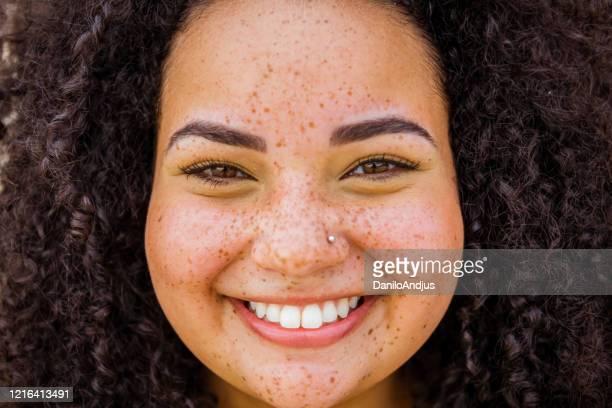 若いブラジル人女性のショット - そばかす ストックフォトと画像