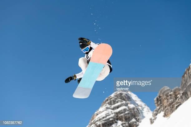 大きな空気の練習若いスノーボーダーのショット
