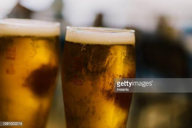 夜に外撮影歩道カフェ バーのフォート ・ デ ・ フランスのテラスで冷たいビールを 2 つのクローズ アップ。 - フランス海外領 ストックフォトと画像
