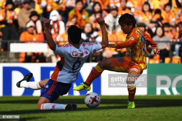 Shota Kaneko of Shimizu SPulse controls the ball under pressure of Ryota Isomura of Albirex Niigata during the JLeague J1 match between Shimizu...