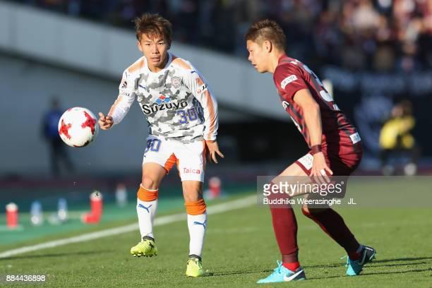 Shota Kaneko of Shimizu SPulse takes on Masahiko Inoha of Vissel Kobe during the JLeague J1 match between Vissel Kobe and Shimuzu SPulse at Kobe...