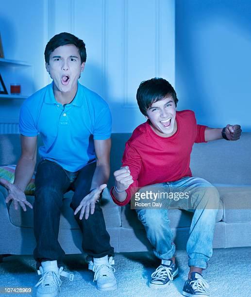 Rufen männliche Teenager fernsehen