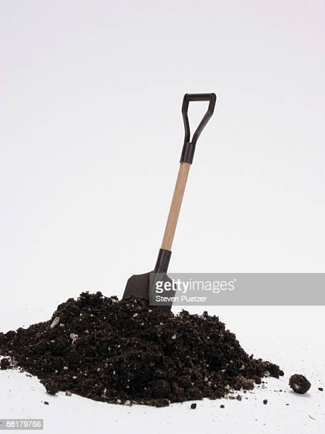 shovel and dirt - pelle photos et images de collection