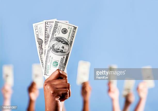 Montrez-moi l'argent! Nombreuses mains tenant en dollars américains