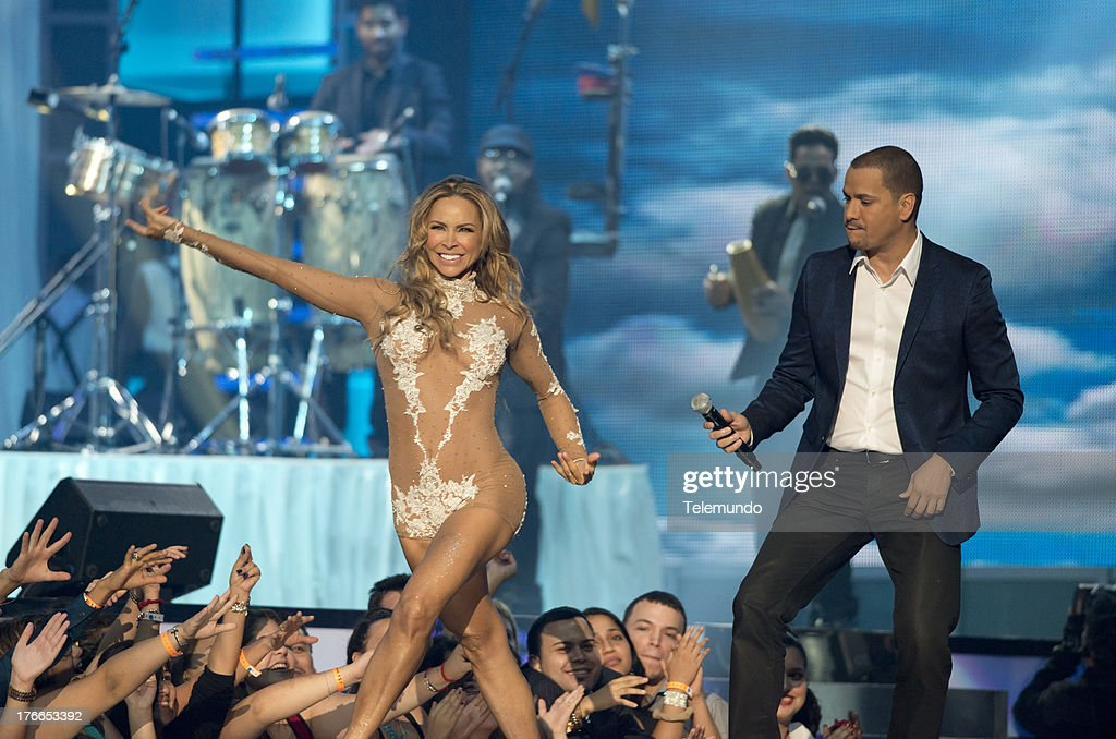 Victor Manuelle and Aylin Mujica on stage during the 2013 Premios Tu Mundo from the American Airlines Arena in Miami, Florida, August 15, 2013 -- (Photo by: Gary I Rothstein/Telemundo) ..PREMIOS TU MUNDO 2013 -- Programa -- Imagen: Victor Manuelle and Aylin Mujica en el escenario de los Premios Tu Mundo 2013 desde el American Airlines Arena en Miami, Florida, 15 de Agosto, 2013 --