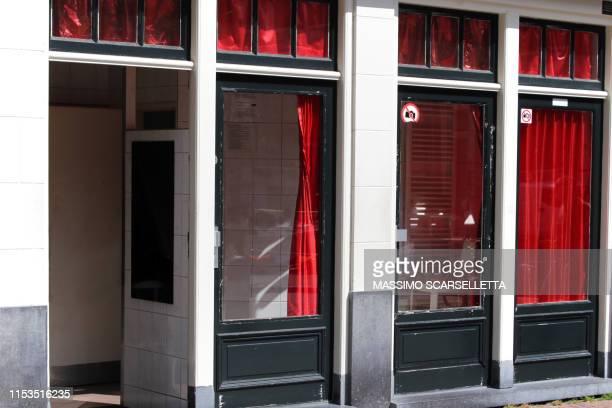 showcases in amsterdam red light district - stadsdeel stockfoto's en -beelden