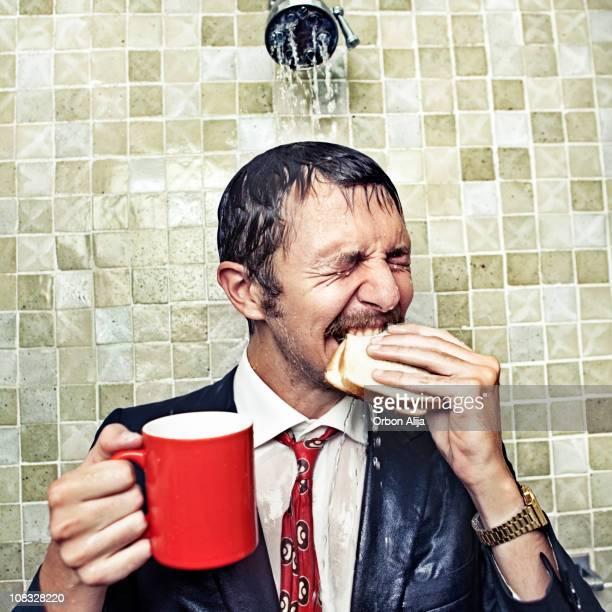 de ducha ejecutivo - hombre duchandose fotografías e imágenes de stock