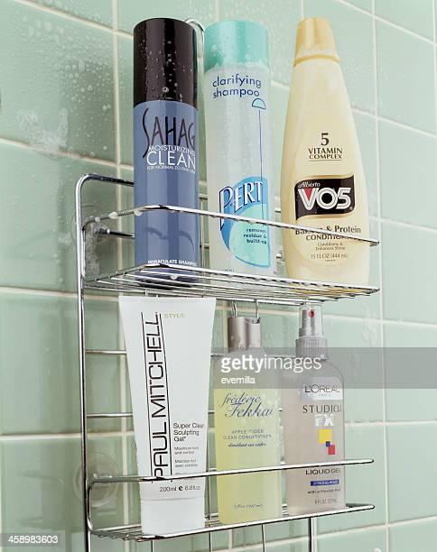 Trousse avec des produits de soins pour les cheveux.
