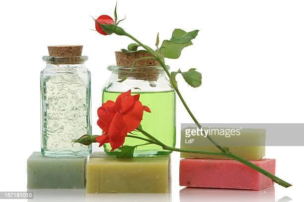 Dusche Seife in Flaschen mit Kork und eine rote rose.
