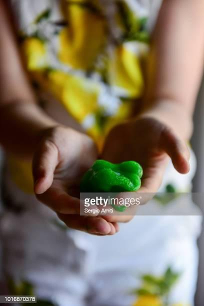 showing a piece of green slime - foam finger - fotografias e filmes do acervo