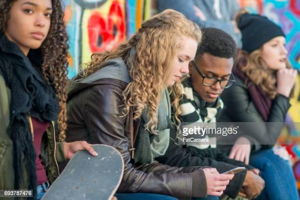 haar vriend tonen een foto - jeugdcultuur stockfoto's en -beelden