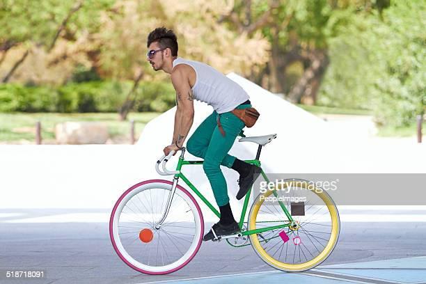 mostrando suas habilidades de ciclista - calças justas - fotografias e filmes do acervo