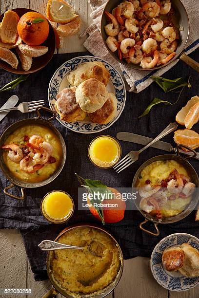 shrimp and cheese grits breakfast - shrimp and grits stock photos and pictures