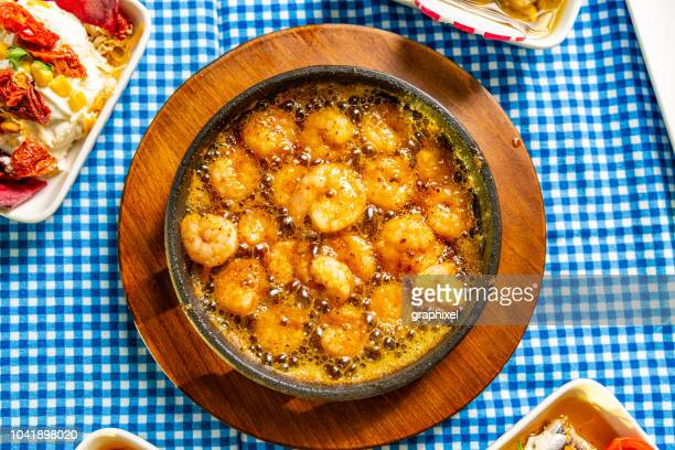 エビの土鍋 - karides guvec バター煮 - 車海老料理 ストックフォトと画像