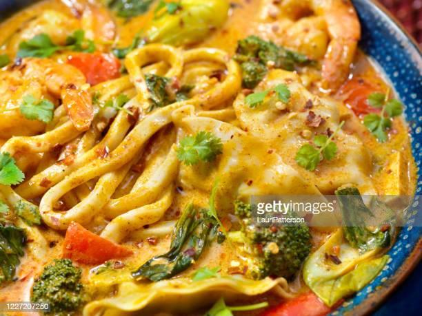 エビカレースープ、太い麺、餃子、野菜 - タイ文化 ストックフォトと画像