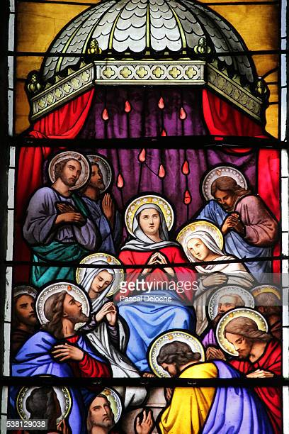 shrine of our lady of la salette stained glass window mary surrounded by disciples - gelovige stockfoto's en -beelden
