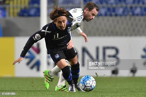 Shu Kurata of Gamba Osaka and Leigh Broxham of Melbourne Victory compete for the ball during the AFC Champions League Group G match between Gamba...