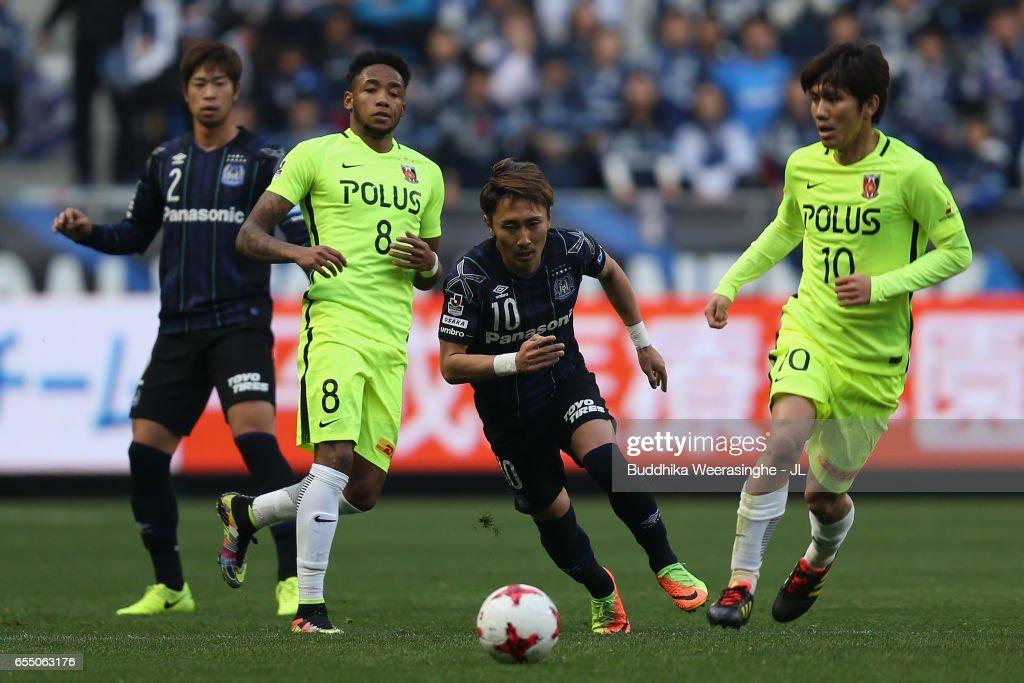 Shu Kurata Of Gamba Osaka And Yosuke Kashiwagi Of Urawa Red Diamonds News Photo Getty Images