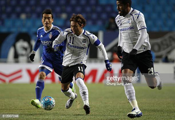 Shu Kurata of Gamba Osaka competes for the ball with Cho WonHee of Suwon Samsung Bluewings during the AFC Champions League Group G match between...