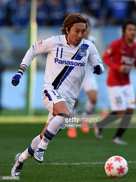 Shu Kurata of Gamba Osaka in action during the 95th Emperor's Cup final between Urawa Red Diamonds and Gamba Osaka at Ajinomoto Stadium on January 1...