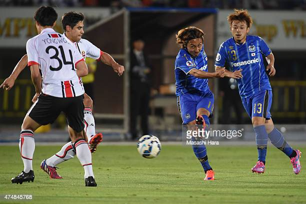 Shu Kurata of Gamba Osaka in action during the AFC Champions League Round of 16 match between Gamba Osaka and FC Seoul at Expo '70 Stadium on May 27...