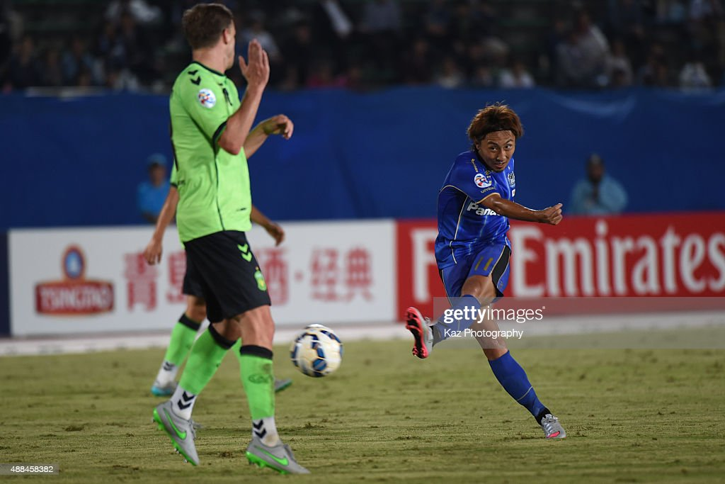 Shu Kurata of Gamba Osaka scores the 2nd goal during the AFC Champions League quarter final match between Gamba Osaka and Jeonbuk Hyundai Motors ]at Expo '70 Stadium on September 16, 2015 in Osaka, Japan.