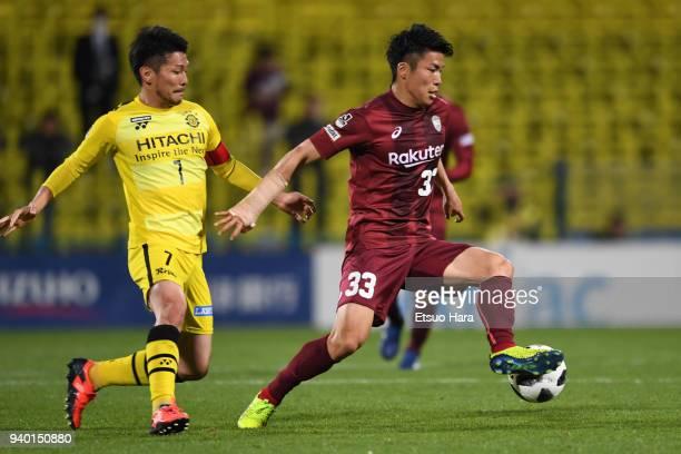 Shuhei Otsuki of Vissel Kobe and Hidekazu Otani of Kashiwa Reysol compete for the ball during the JLeague J1 match between Kashiwa Reysol and Vissel...