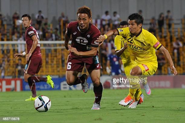 Shunki Takahashi of Vissel Kobe in action during the JLeague match between Kashiwa Reysol and Vissel Kobe at Hitachi Kashiwa Soccer Stadium on August...