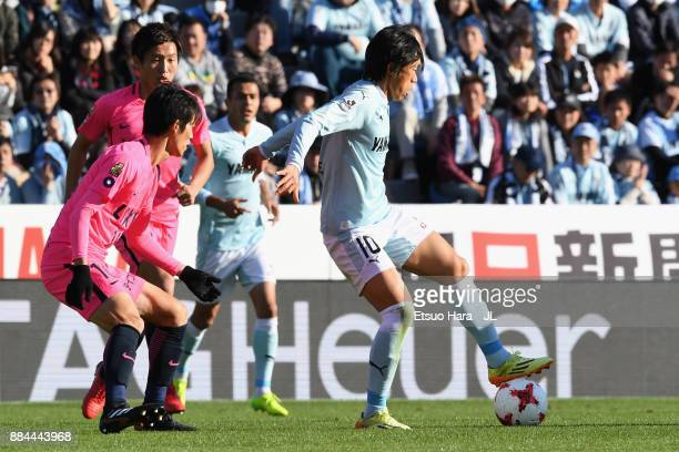 Shunsuke Nakamura of Jubilo Iwata controls the ball under pressure of Shuto Yamamoto and Kento Misao of Kashima Antlers during the JLeague J1 match...