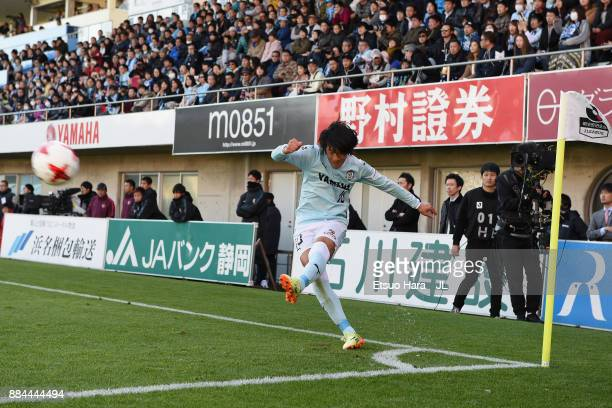 Shunsuke Nakamura of Jubilo Iwata takes a corner kick during the JLeague J1 match between Jubilo Iwata and Kashima Antlers at Yamaha Stadium on...
