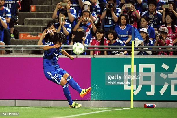 Shunsuke Nakamura of Yokohama FMarinos takes a corner kick during the JLeague match between Omiya Ardija and Yokohama FMarinos at the Nack 5 Stadium...
