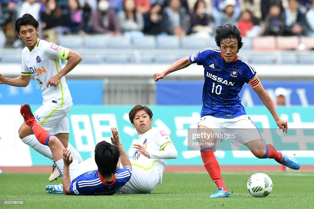 Shunsuke Nakamura of Yokohama F.Marinos#10 in action during the J.League match between Yokohama F.Marinos and Sanfrecce Hiroshima at the Nissan Stadium on April 24, 2016 in Yokohama, Kanagawa, Japan.