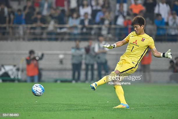 Shusaku Nishikawa takes a penalty kick during the AFC Champions League Round Of 16 match between FC Seoul and Urawa Red Diamonds at Seoul World Cup...