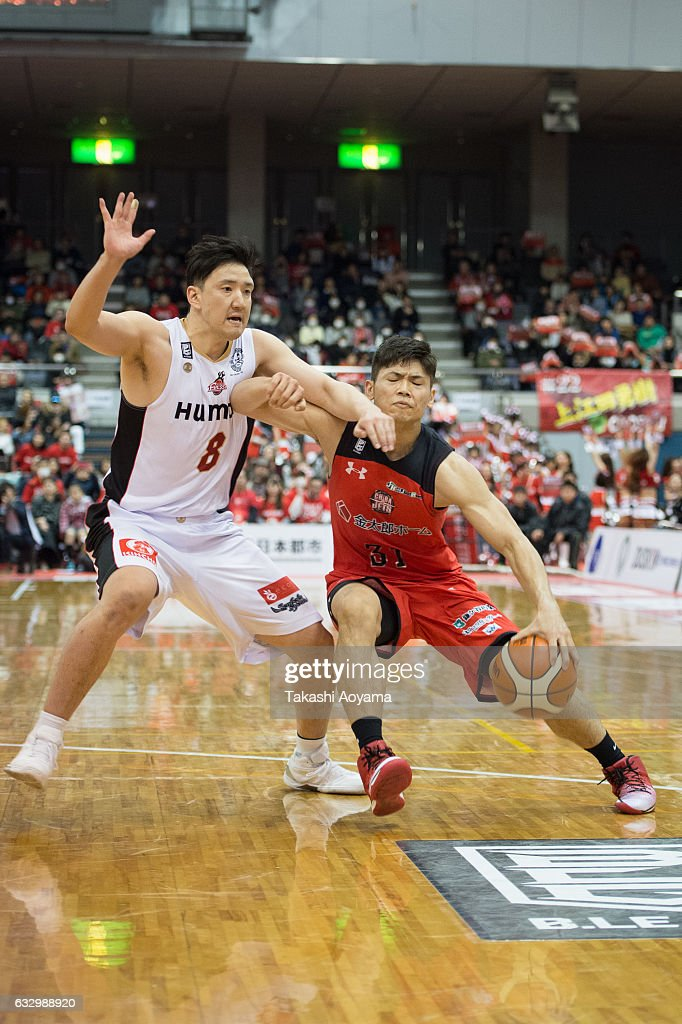Shuta Hara #31 of the Chiba Jets drives to the basket during the B. League game between Chiba Jets and Osaka Evessa at Funabashi Arena on January 29, 2017, Funabashi, Japan.