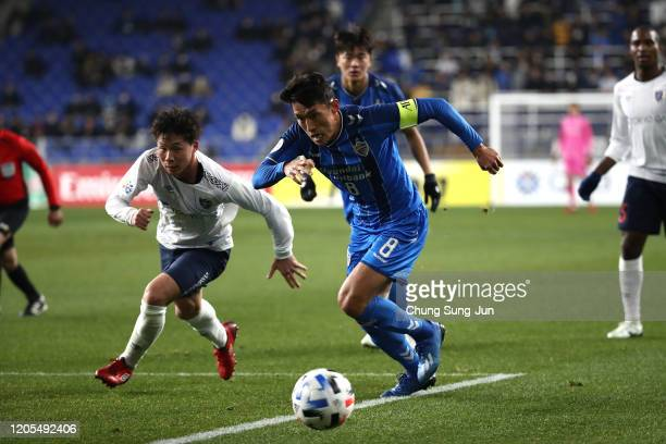 Shuto Abe of FC Tokyo competes for the ball with Sin JinHo of Ulsan Hyundai during the AFC Champions League Group F match between Ulsan Hyundai and...
