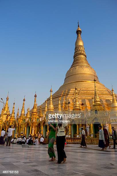 shwedagon pagoda at sunset - merten snijders - fotografias e filmes do acervo