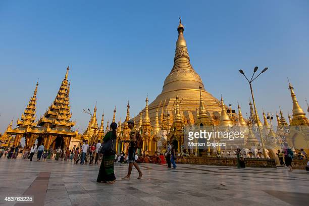 shwedagon pagoda at sunset - merten snijders stockfoto's en -beelden