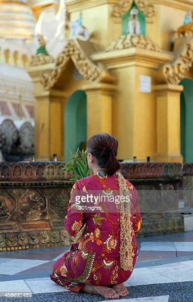 pagode de shwedagon, myanmar - mulher orando de joelhos imagens e fotografias de stock